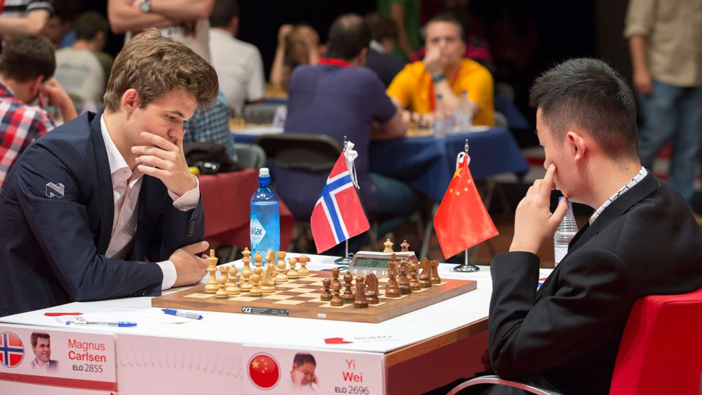 Carlsen i sitt tredje møte med supertalentet Wei Yi. Foto: Maria Emelianova