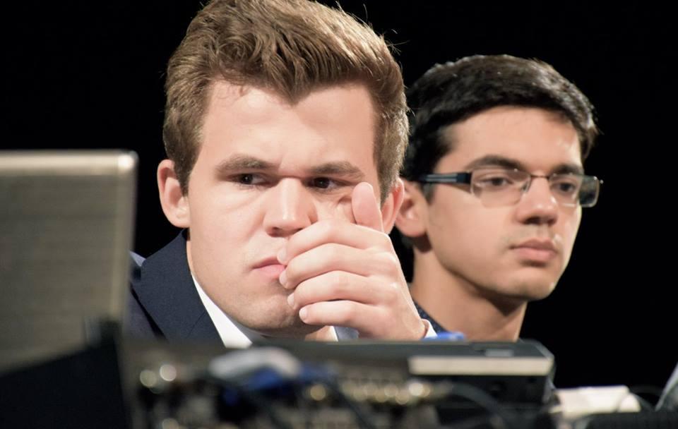 En misfornøyd Carlsen etter å ha latt Giri slippe unna i det første partiet i Bilbao. Foto: Yerazik Khachatourian