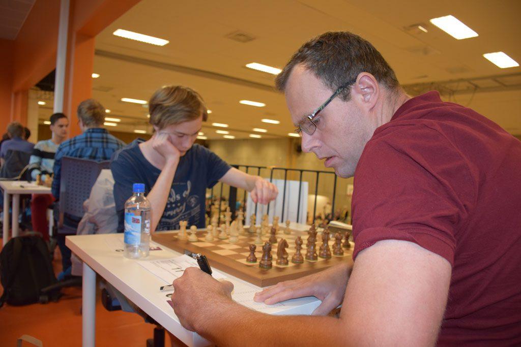 Henning Kjøita med kjempestart etter seieren over Maxim Deveraux. Foto: Tarjei J. Svensen