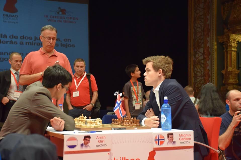 Giri - Carlsen. Foto: Yerazik Khachatourian