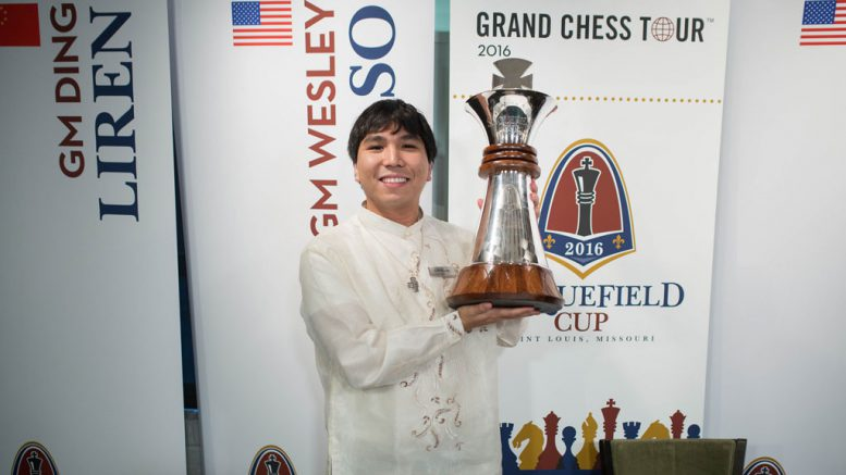 Wesley So med beviset på hans 1. plass i Sinquefield Cup. Foto: Austin Fuller/Grand Chess Tour