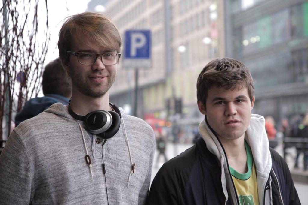 Regissør Benjamin Ree med Magnus Carlsen. Foto: Moskus Film