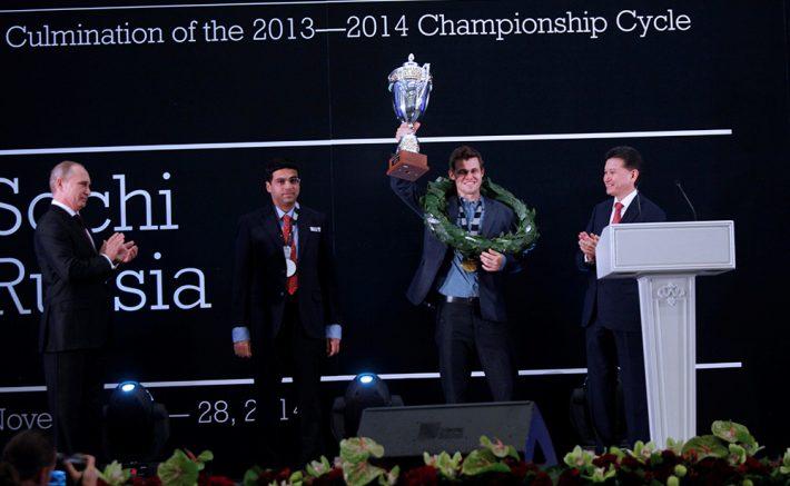 Magnus Carlsen med sin andre VM-seier i Sotsji. Foto: Anastasia Karlovich/FIDE