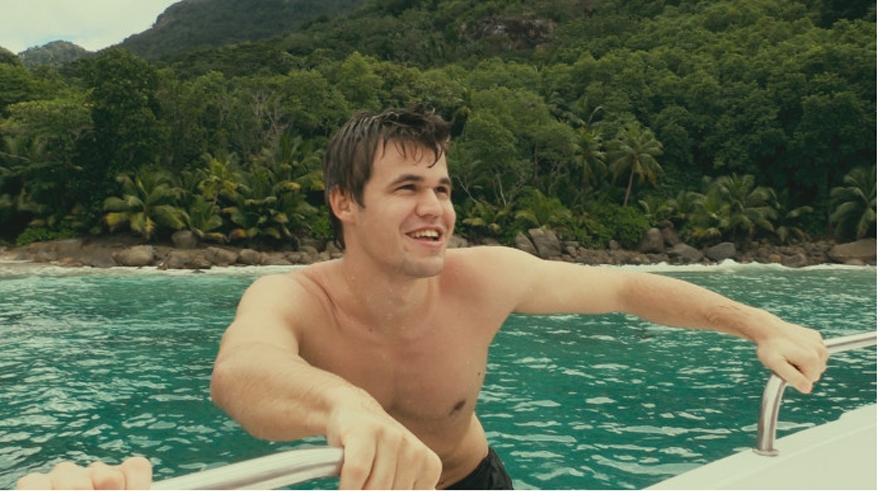 Magnus Carlsen på ferie i Seychellene, i en scene fra filmen. Foto: Moskus Film
