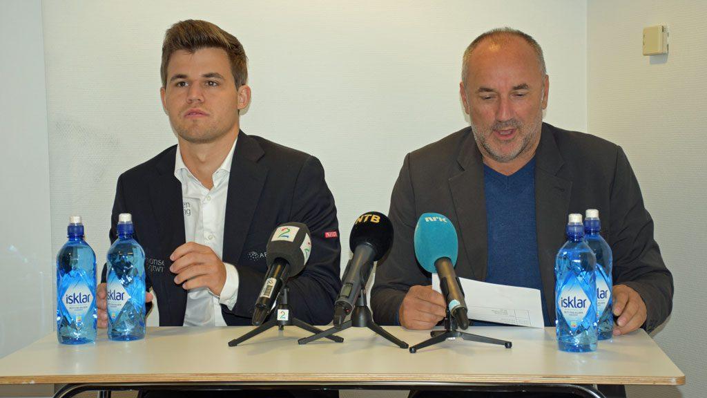 Carlsen med manager Espen Agdestein. Foto: Tarjei J. Svensen