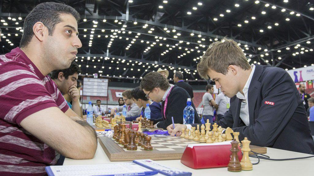 Ehsan Ghaem Maghami gikk rett ned mot Magnus Carlsen på 1. bord. Foto: Maria Emelianova