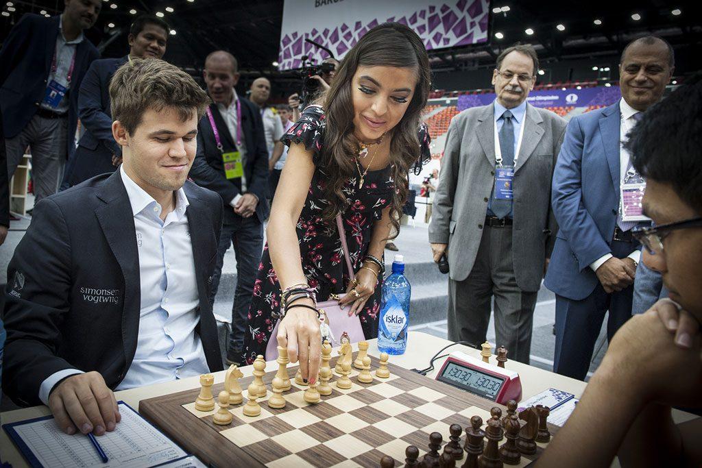 Presidentens datter Leilya Aliyeva gjør det første trekket for Magnus Carlsen. Foto: Maria Emelianova