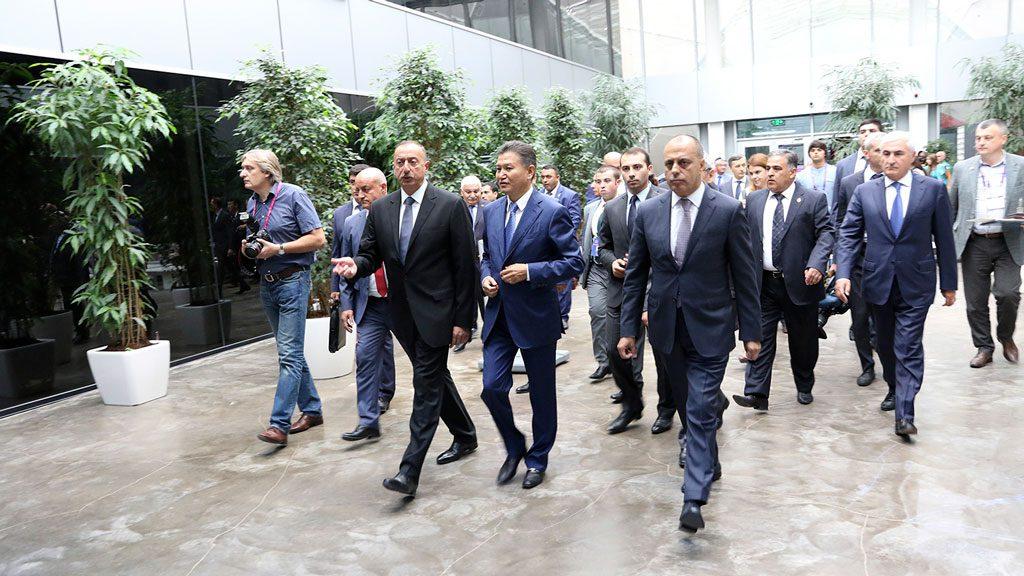 Ilham Aliyev og Kirsan Ilyumzhinov før starten av 1. runde. Foto: Maria Emelianova