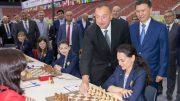 Aserbadsjans president Ilham Aliyev utførte det første trekket for Alexandra Kosteniuk. Foto: Maria Emelianova
