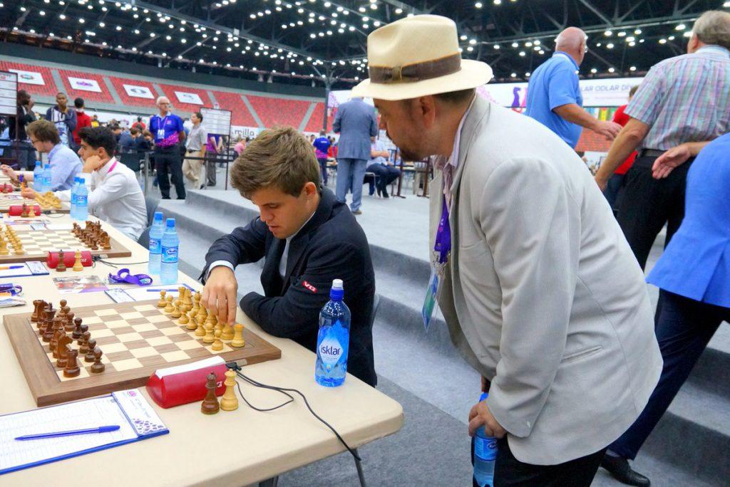Jonathan Tisdall med sine siste instrukser til Magnus Carlsen. Foto: Paul Truong/Baku Chess Olympiad