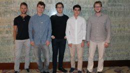 Det norske laget som kvalifiserte seg til VM: Nicolai Getz, Magnus Carlsen, Jon Ludvig Hammer, Aryan Tari og Frode Urkedal. Foto: Norges Sjakkforbund