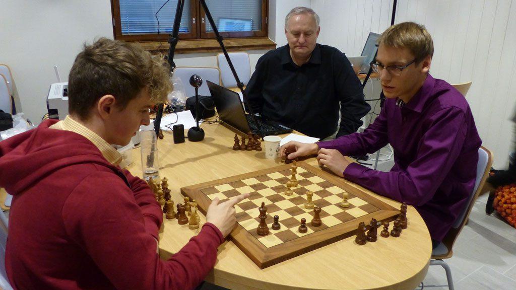 Martin Percivaldi og Erik Blomqvist analyserer sin remis i siste runde. Foto: Toivo Pudas