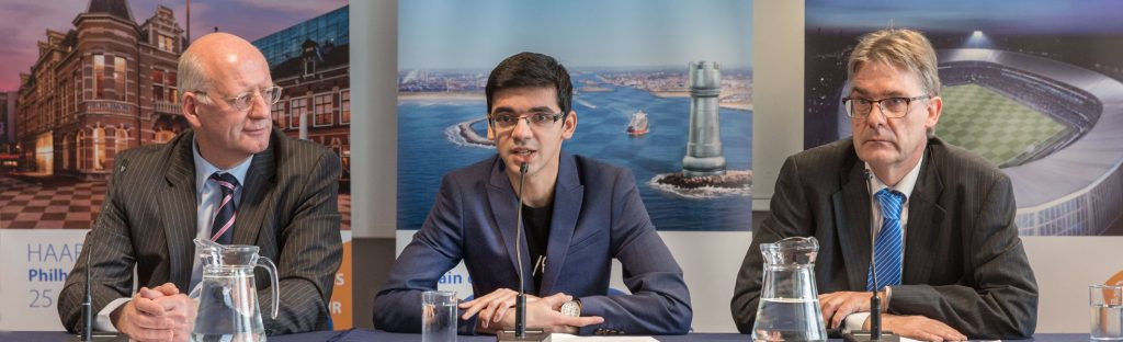 Anish Giri på pressekonferanse sammen med turneringssjef Jeroen van den Berg. Foto: Tata Steel Chess