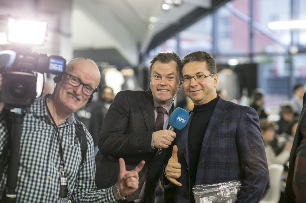 Sergey Karjakins manager Kyrilios Zangalis has become a cult hero on Norwegian TV after several entertaining interviews. Here with NRK reporter Ole Rolfsrud and cameraman Helge Tvedten. Photo: Maria Emelianova