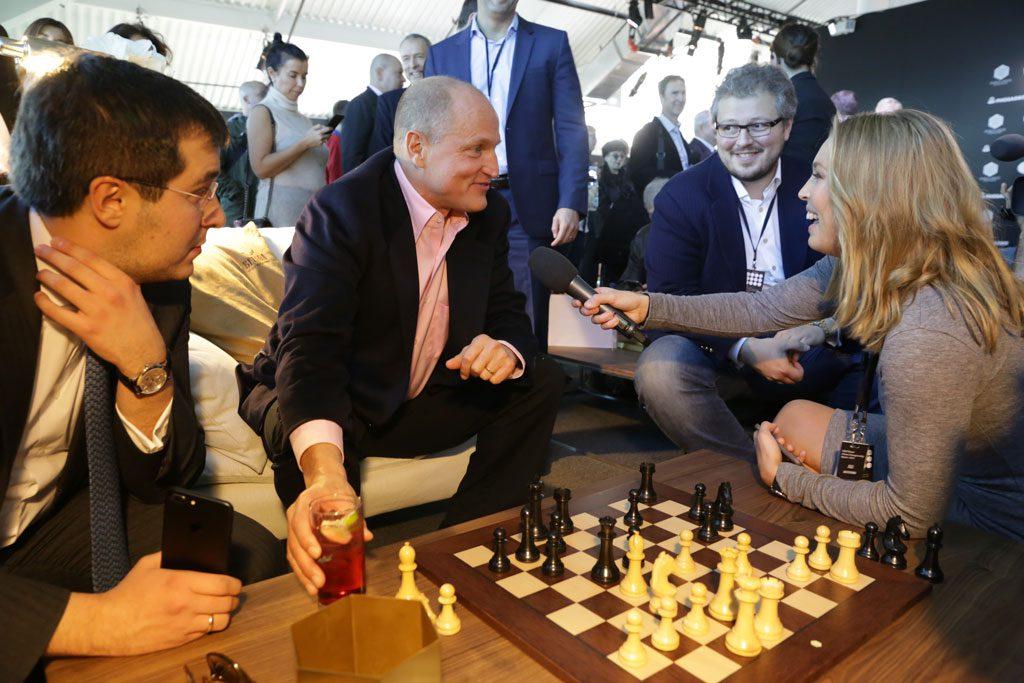 Kaja Snare jobber for arrangøren Agon og fikk sjansen til å intervjue Hollywood-stjerne Woody Harrelson. Foto: World Chess