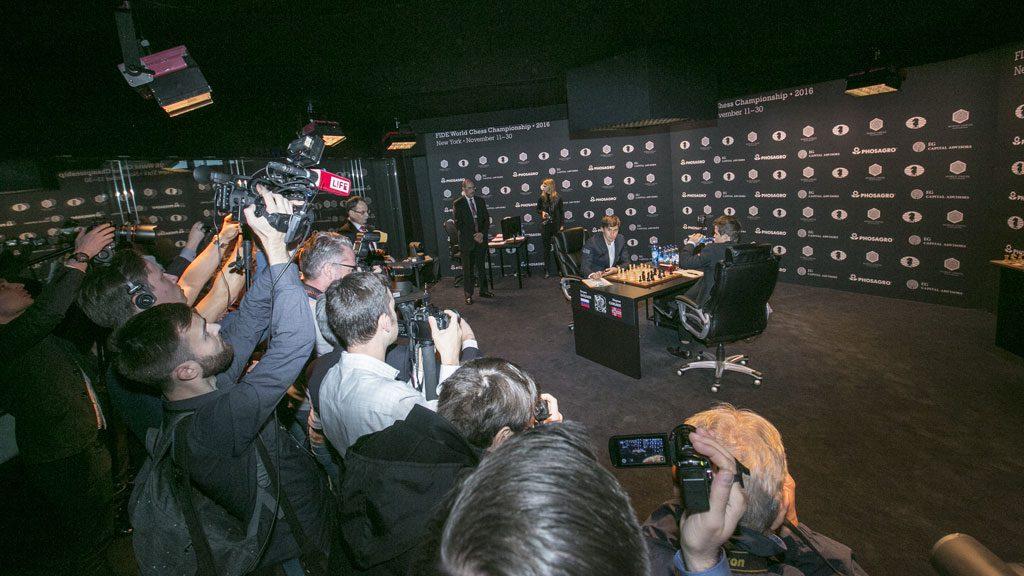 Kaotisk før fotograferingen av andre runde. Foto: Maria Emelianova/World Chess