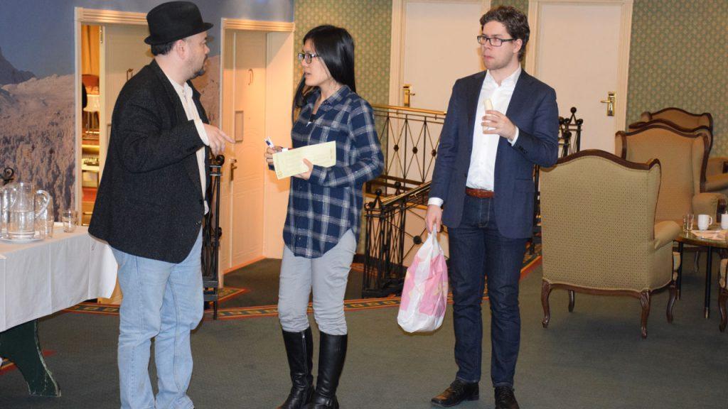 Tisdall sammen med tidligere kvinneverdensmester Yifan Hou og Jon Ludvig Hammer under Norway Chess-kvaliken tidligere i år. Foto: Tarjei J. Svensen