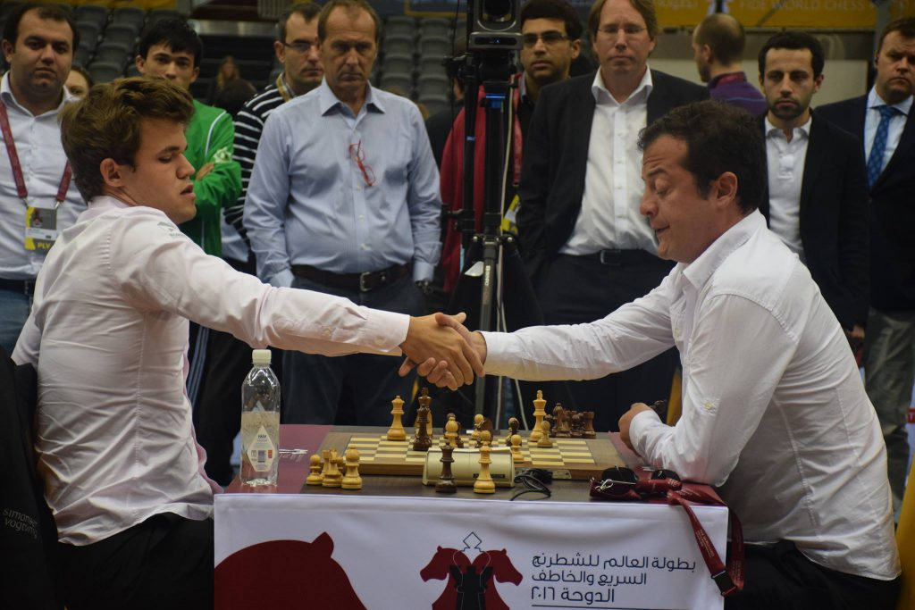 Carlsen gir opp mot Levan Pantsulaia i andre runde av VM i hurtigsjakk. Foto: Yerazik Khachatourian