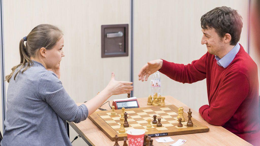 Gunina fikk lov til å avslutte med sjakk matt mot engelskmannen Luke McShane Foto: Lennart Ootes/London Chess Classic