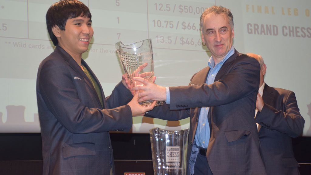 Wesley So får troféet av London Chess Classic-general Malcolm Pein. Foto: Yerazik Khachatourian
