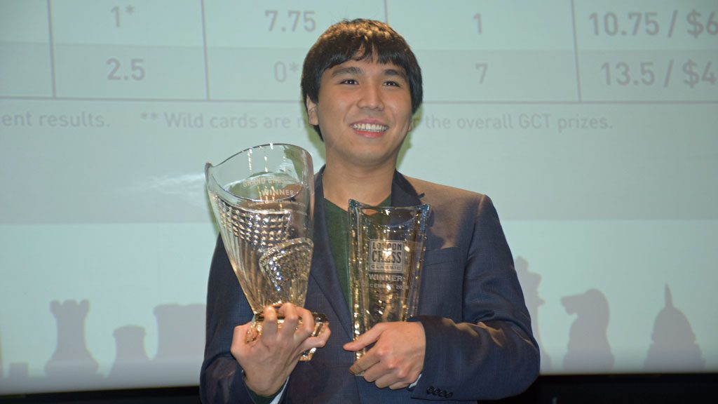 Wesley So med de to troiféene: Grand Chess Tour og London Chess Classic. Foto: Yerazik Khachatourian