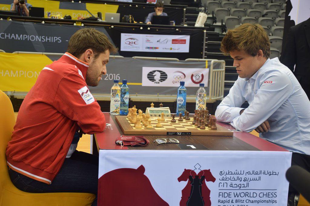 Magnus Carlsen med remis mot Levon Aronian i tiende runde i VM i hurtigsjakk. Foto: Yerazik Khachatourian