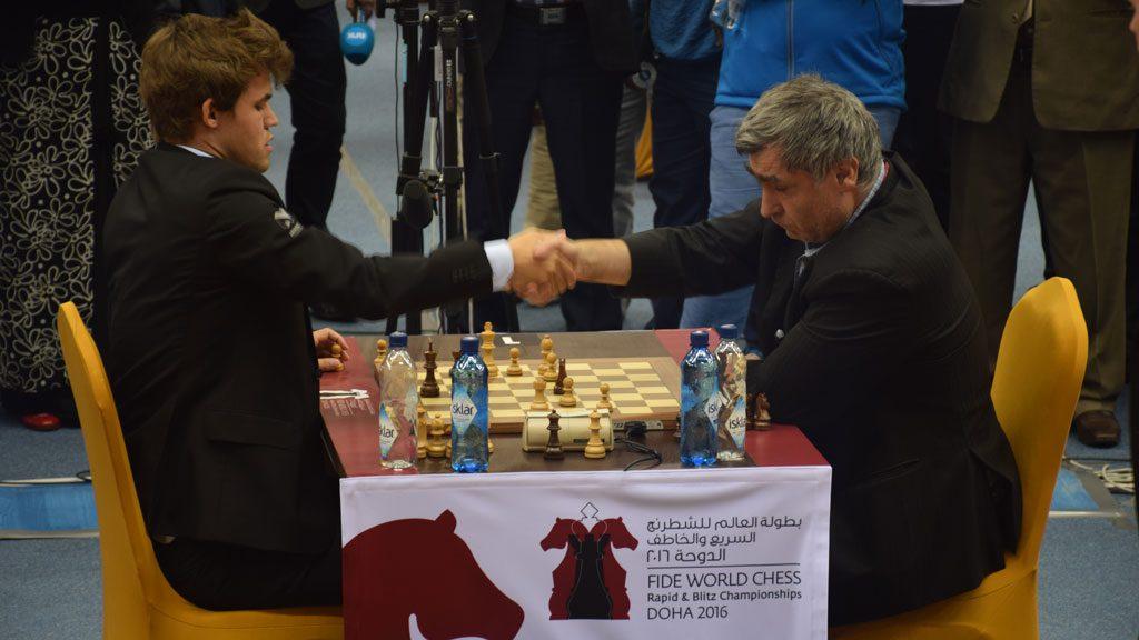 Magnus Carlsen gir opp mot Vasily Ivanchuk i 7. runde av VM i hurtigsjakk. Foto: Tarjei J. Svensen