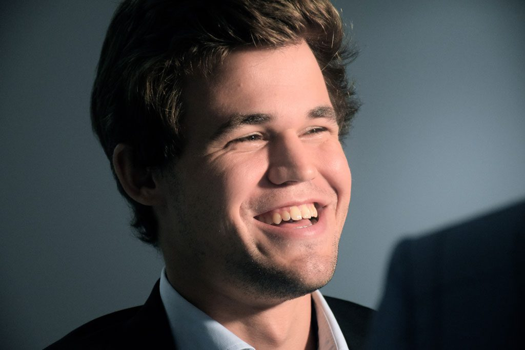En blid Magnus Carlsen etter seieren over Nepomniachtchi. Foto: Yerazik Khachatourian