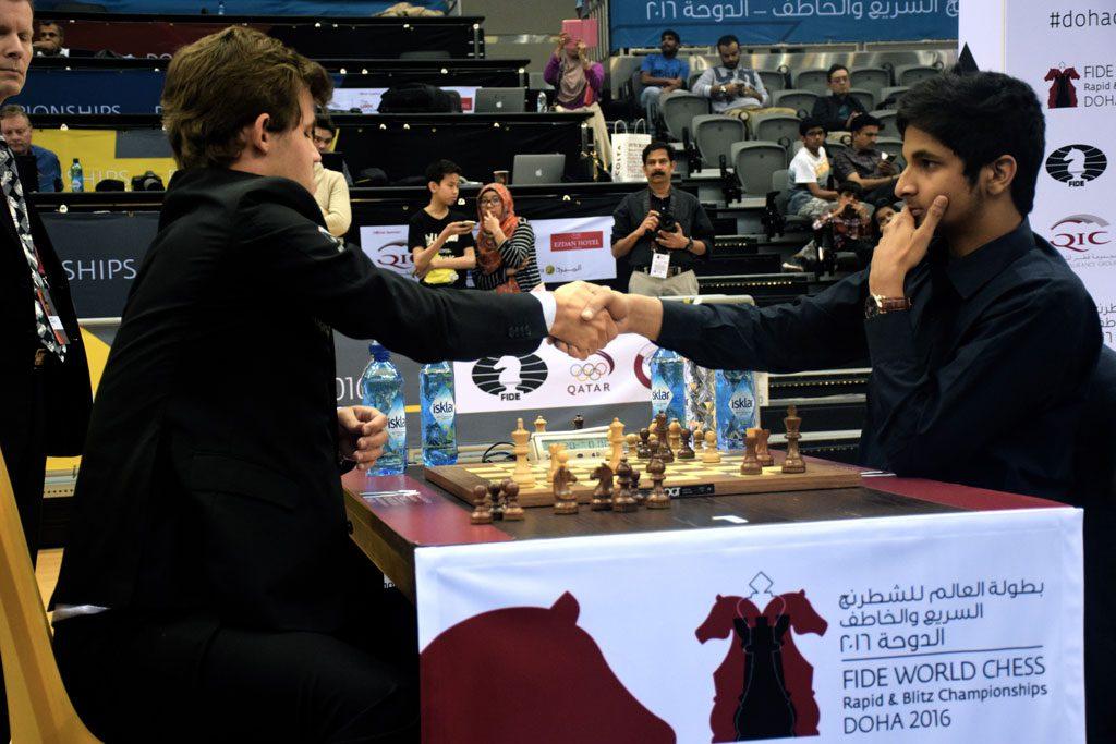 Vidit Gujrathi gir opp mot Magnus Carlsen i 12. runde i VM i hurtigsjakk. Foto: Yerazik Khachatourian