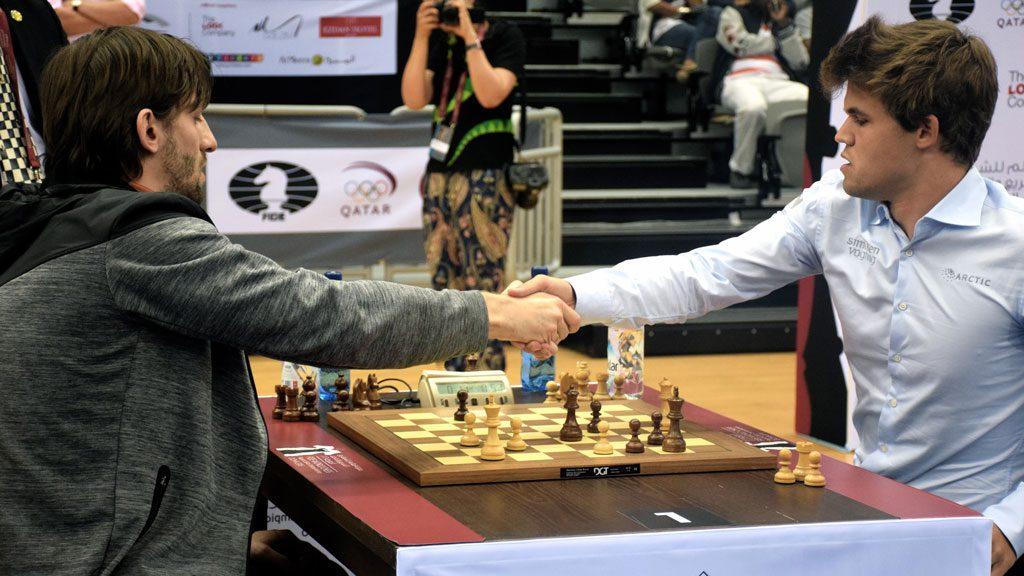 Alexander Grischuk gir opp mot Magnus Carlsen i niende runde i VM. Foto: Yerazik Khachatourian