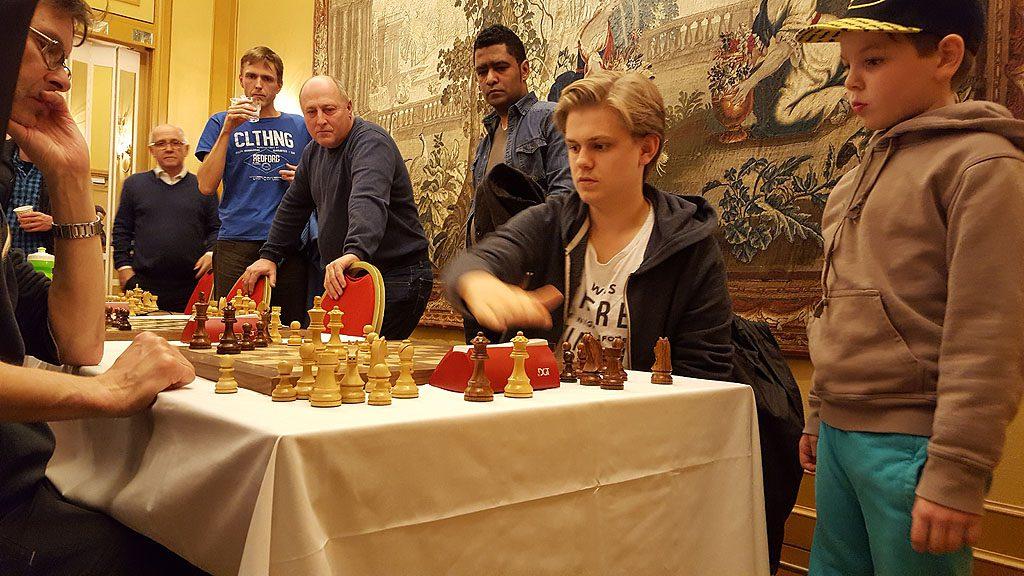 Treer Lars Oskar Hauge vinner over Bror Thanke. Foto: Tarjei J. Svensen
