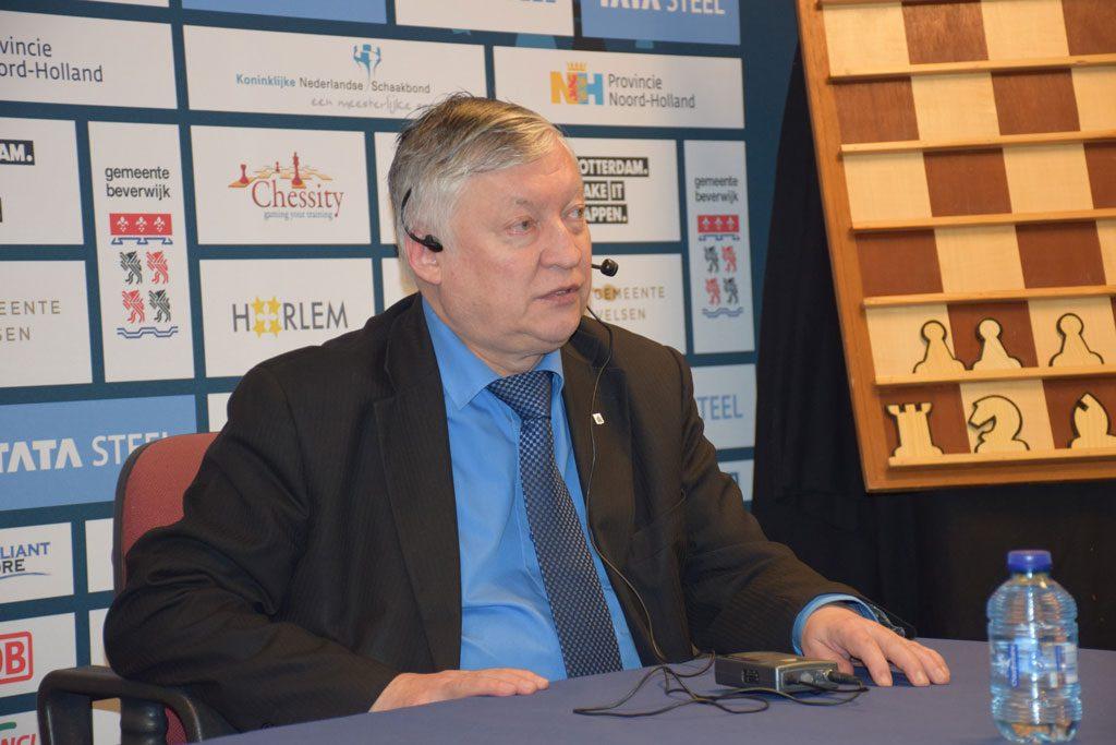 Anatoly Karpov på pressekonferanse i Wijk aan Zee. Foto: Tarjei J. Svensen