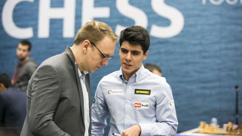 Aryan Tari hadde sponsorene godt plassert på klærne da han debuterte i Wijk aan Zee. Her i samtale med Markus Ragger. Foto: Maria Emelianova