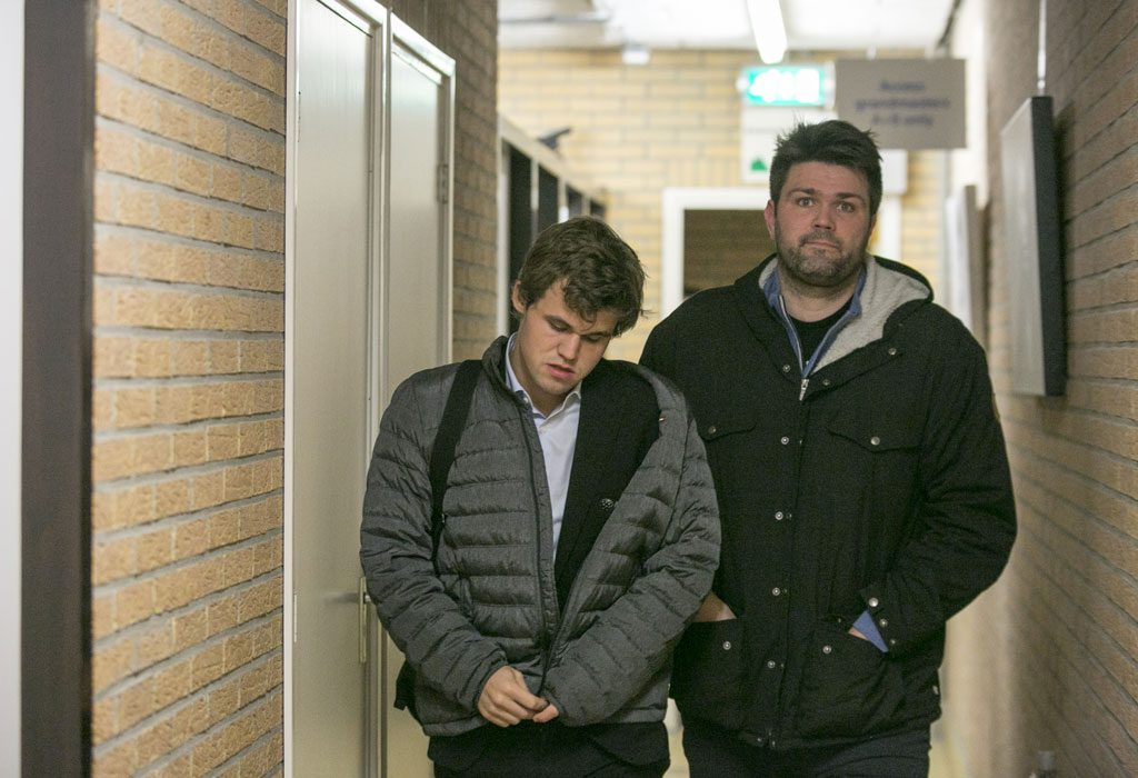 Carlsen forlater stedet med sin danske trener Peter Heine Nielsen. Foto: Maria Emelianova