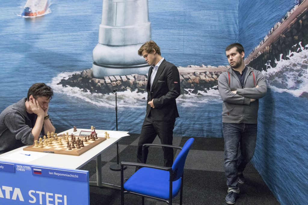 Magnus Carlsen kikker på Loek van Welys parti mot Ian Nepomniachtchi i 8. runde av Tata Steel Chess. Foto: Maria Emelianova