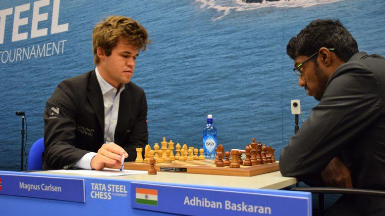 Magnus Carlsen i møtet med Baskaran Adhiban i dag. Foto: Tarjei J. Svensen