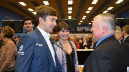 Anatoly Karpov hilser på Sergey Karjakin og kona Galiya. Foto: Tarjei J. Svensen