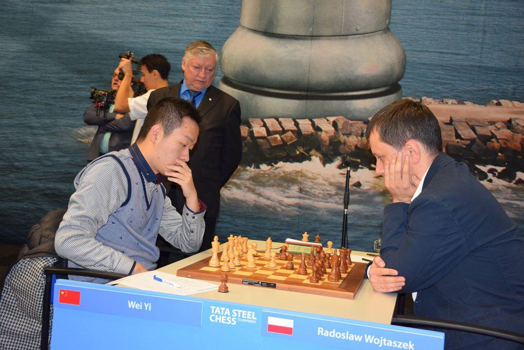 Karpov følger Wei Yi mot Radoslaw Wojtaszek. Foto: Tarjei J. Svensen