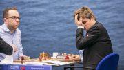 En sliten Magnus Carlsen tar seg til hodet etter å ha sikret seg seieren over Pavel Eljanov. Foto: Maria Emelianova