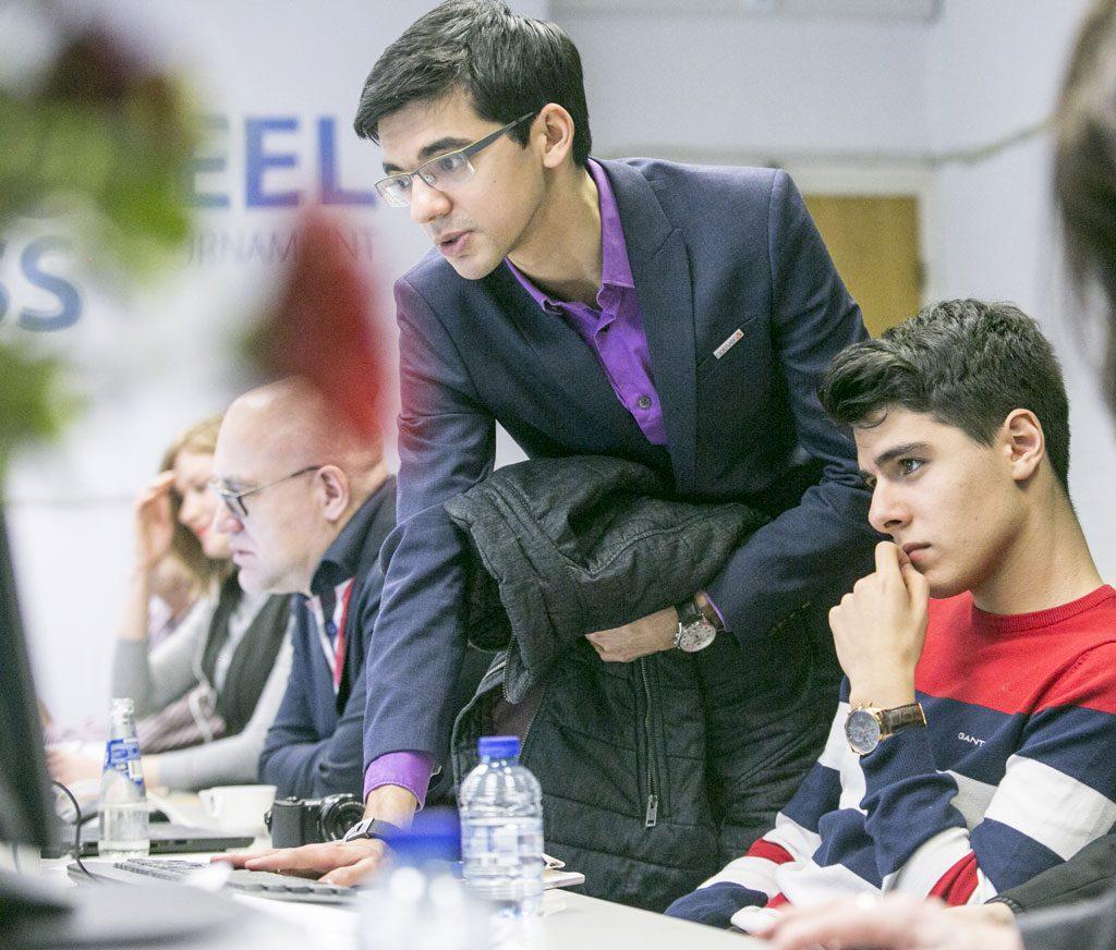 Anish Giri og Aryan Tari analyserer pågående partier i Wijk aan Zee. Foto: Maria Emelianova