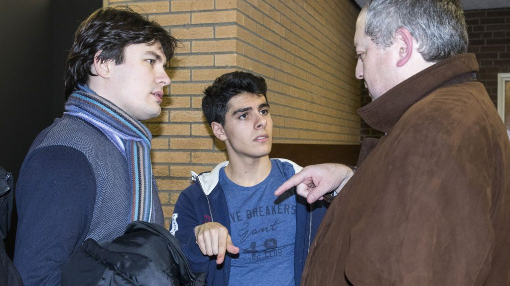 Evgeny Romanov og Aryan Tari diskuterer med Ilia Smirin etter partiet. Foto: Maria Emelianova
