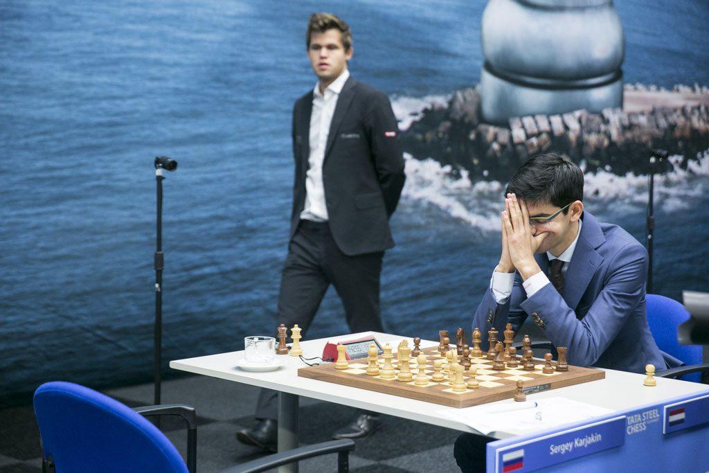 Magnus Carlsen tar en kikk på Giris parti mot Karjakin. Foto: Maria Emelianova