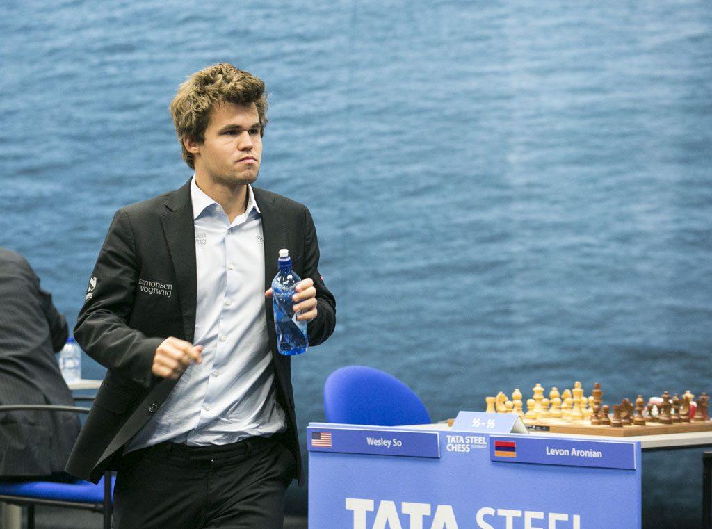 Magnus Carlsen forlater stedet etter seieren over van Wely. Foto: Maria Emelianova