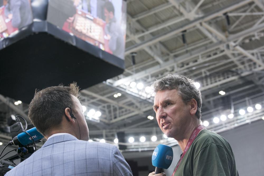 Simen Agdestein intervjuet av NRKs Ole Rolfsrud i Qatar. Foto: Maria Emelianova