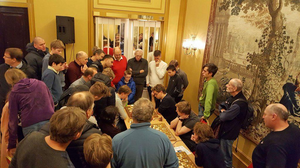 Stor interesse for siste runde mellom Jon Ludvig Hammer og Johan-Sebastian Christiansen. Foto: Tarjei J. Svensen