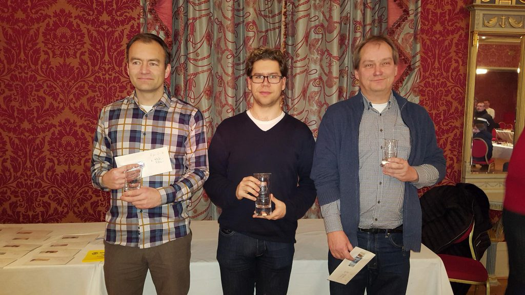 De tre øverste i Åpent NM i hurtigsjakk. Fra venstre: Bjørnar Byklum, Jon Ludvig Hammer og Jøran Aulin-Jansson. Foto: Tarjei J. Svensen