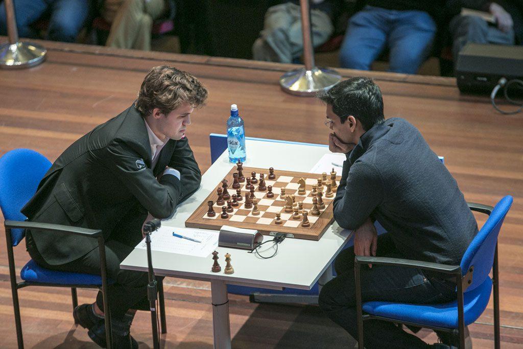 Magnus Carlsen i møtet med Pentala Harikrishna. Foto: Maria Emelianova