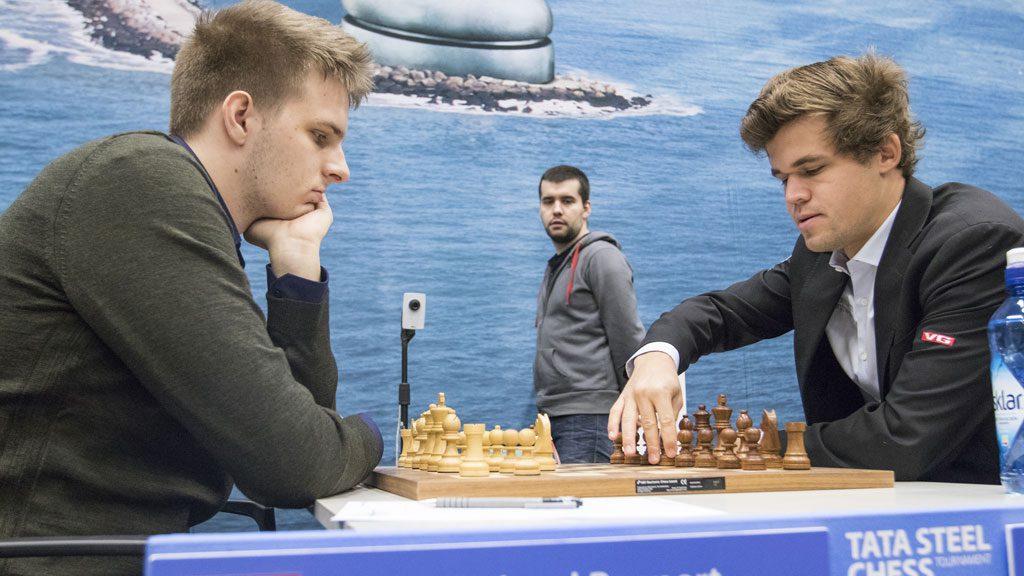 Magnus Carlsens første møte med Richard Rapport. Foto: Maria Emelianova