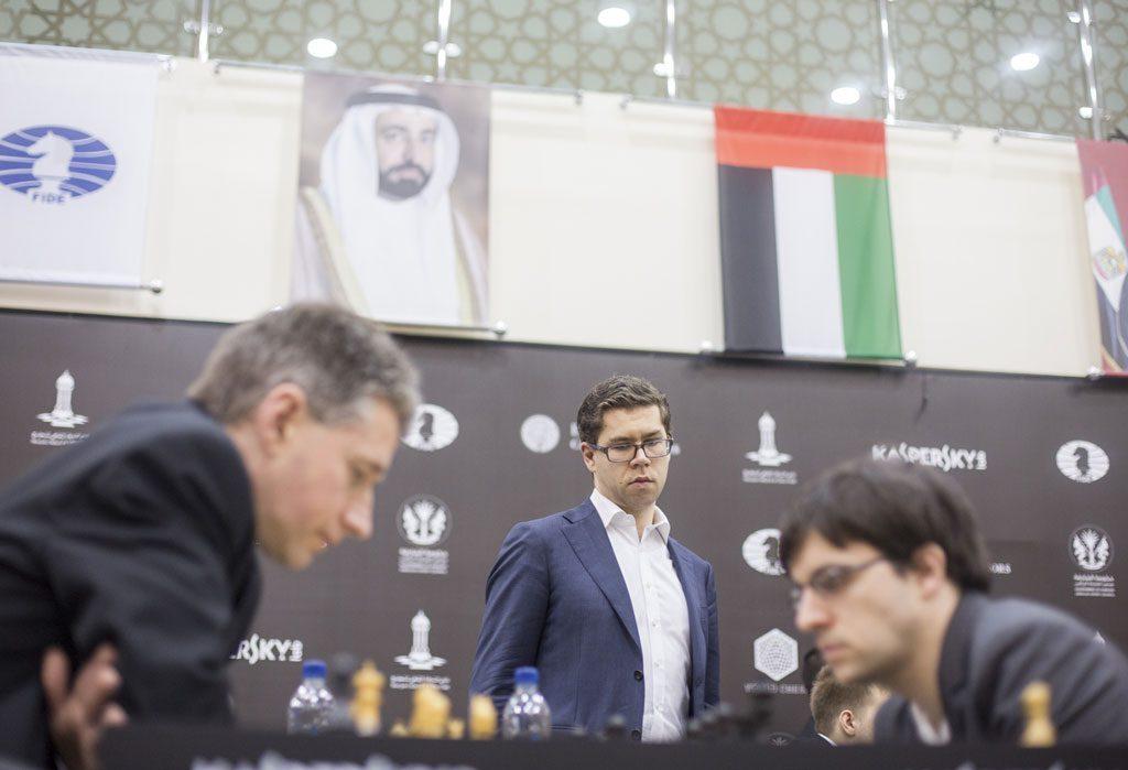 Jon Ludvig Hammer sjekker stillingen i møtet mellom Michael Adams og Maxime Vachier-Lagrave. Foto: Maria Emelianova