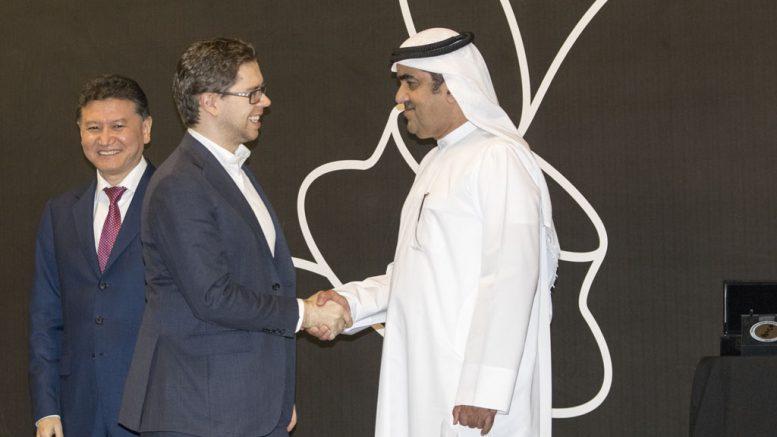 Jon Ludvig Hammer får 3000 euro for innsatsen i Sharjah. Her sammen med FIDE-president Kirsan Ilyumzhinov. Foto: Maria Emelianova